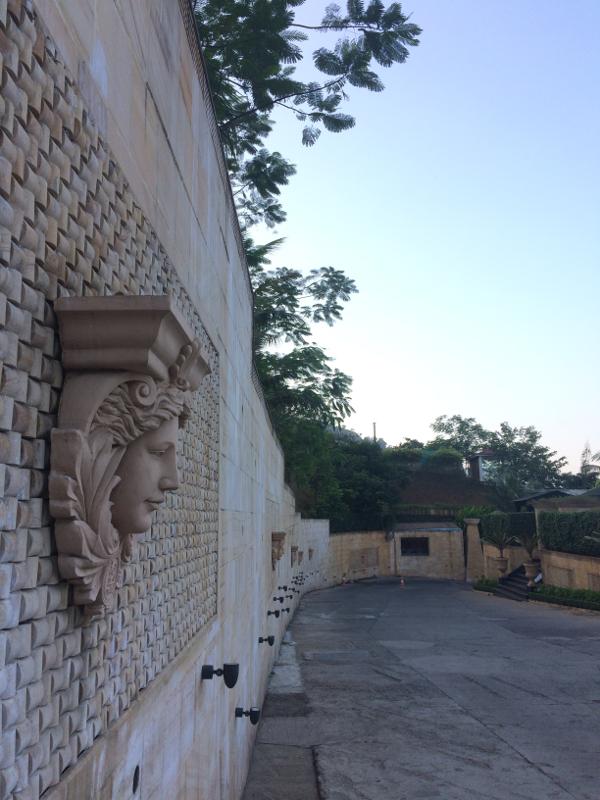 ヴィラを囲う塀